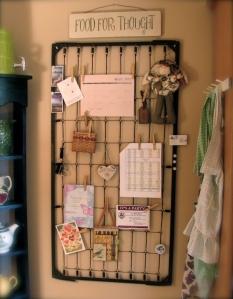 vintage-babybett-bettfedern-ideen-recycling-wand-memoboard